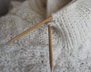 白い手編みのアランセーターの写真・画像素材[1019753]