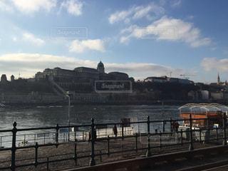 ブダペスト ドナウ川沿いの午後のひとときの写真・画像素材[618345]