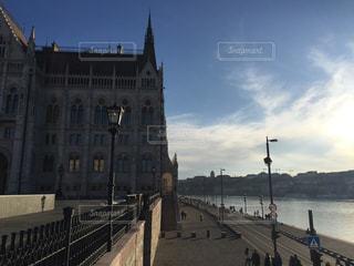 ブダペスト 国会議事堂沿いの写真・画像素材[618439]
