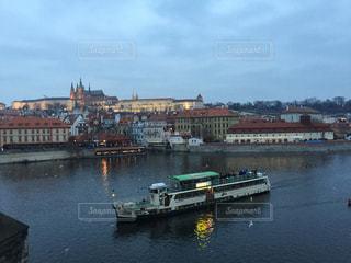 プラハ 夕暮れのドナウ川沿いの写真・画像素材[618461]