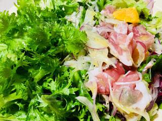 からし菜と生ハムのサラダ🥗です♪ 水菜やレタスではなく、からし菜を使用してみました!の写真・画像素材[933281]
