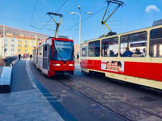 スロバキアの首都ブラチスラバ。トラムのすれ違いを撮影🇸🇰の写真・画像素材[2042569]