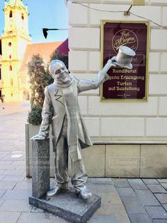 スロバキアの首都ブラチスラバ。シルクハットの男性の銅像🇸🇰の写真・画像素材[2103890]