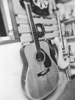 近くにギターのアップの写真・画像素材[1190431]