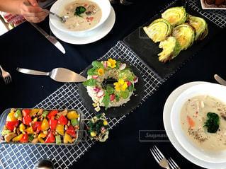 テーブルの上に食べ物のプレートの写真・画像素材[956811]