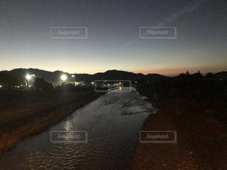 水の体に沈む夕日の写真・画像素材[844044]