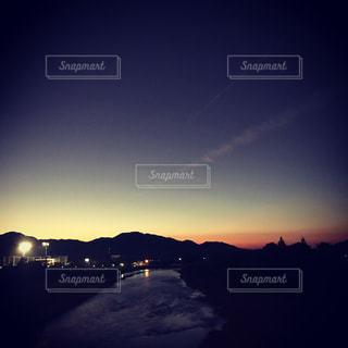 水の体に沈む夕日の写真・画像素材[844046]