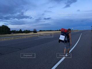 道の端にバイクに乗る男の写真・画像素材[710766]