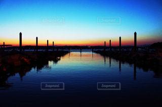 水の体に沈む夕日の写真・画像素材[1311086]