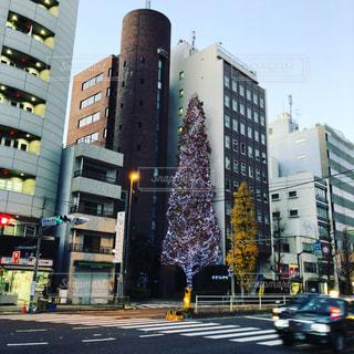 背の高い建物に囲まれたトラフィックでいっぱいの都市通りの写真・画像素材[924112]