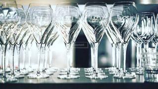 テーブルの上のワイングラスの行の写真・画像素材[889760]