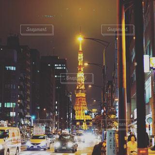 街の通りは夜のトラフィックでいっぱいの写真・画像素材[1076088]
