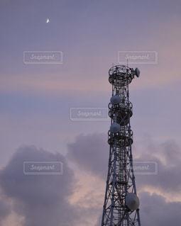 空の背景を持つ大規模な背の高い塔の写真・画像素材[1076090]