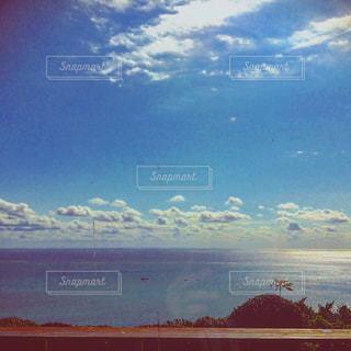 水体の上空で雲のグループ - No.1076093