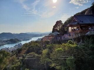 背景に山のある大きな水域の写真・画像素材[3736820]
