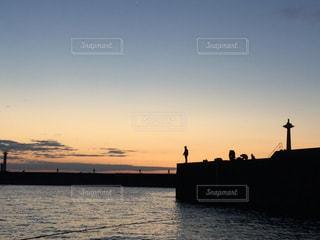 朝焼けと釣り人の写真・画像素材[825652]