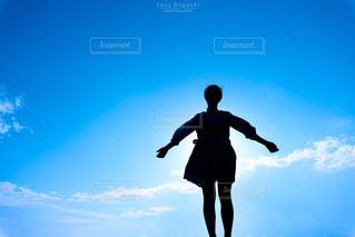 空を飛んでいる人の写真・画像素材[758066]