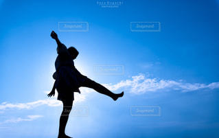 空気を通って飛んで男の写真・画像素材[758069]