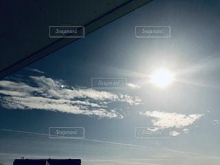 うっすらと飛行機雲の写真・画像素材[1735935]