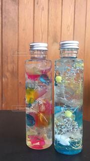 テーブルの上の水のボトルの写真・画像素材[1326601]