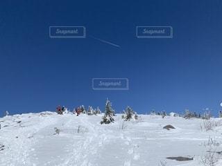 雪をスノーボードに乗る男覆われた斜面の写真・画像素材[1856355]
