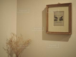鏡の前で座っている時計の写真・画像素材[751626]