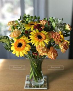 黄色い花の上に座っての花で一杯の花瓶 - No.856334