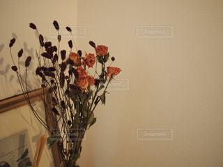 花瓶の花でいっぱいの写真・画像素材[1106169]