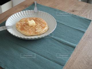 テーブルの上に食べ物のプレートの写真・画像素材[1106466]