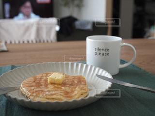 近くにプレートの上に座ってコーヒー カップのアップの写真・画像素材[1106467]