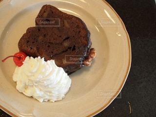 皿にチョコレート ケーキの写真・画像素材[1226077]