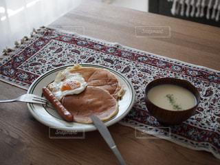テーブルの上に食べ物のプレートの写真・画像素材[1226079]