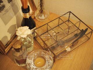 木製テーブルの上に座っているグラスワインの写真・画像素材[1242074]