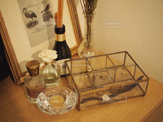 テーブルの上にワインのボトルの写真・画像素材[1242076]
