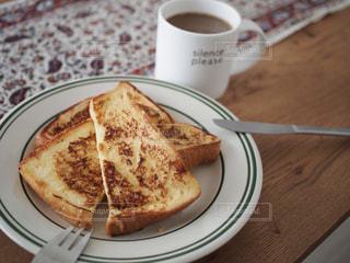 サンドイッチとコーヒーのカップとプレートの写真・画像素材[1242087]