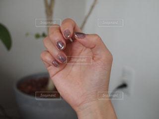 wii のリモートを持っている手の写真・画像素材[1242089]