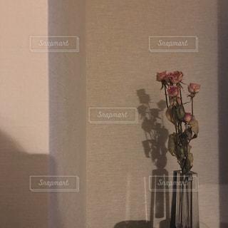 テーブルの上に座っての花で一杯の花瓶の写真・画像素材[1362343]