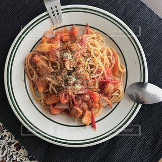 食品の板の上に座ってピザの写真・画像素材[1406176]