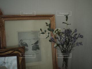 部屋の家具や花瓶の花でいっぱいの写真・画像素材[1653536]