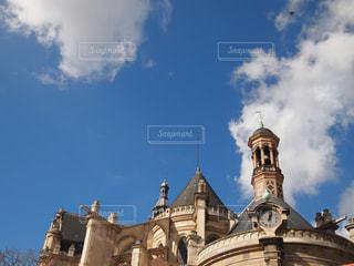 建物の上部に時計が付いている教会の写真・画像素材[1707157]
