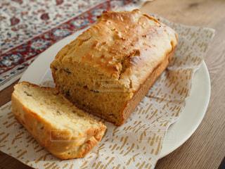 紙皿の上に座っているケーキの写真・画像素材[1746464]
