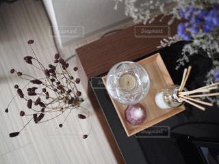 木製テーブルの上に座っている花の花瓶の写真・画像素材[1759483]