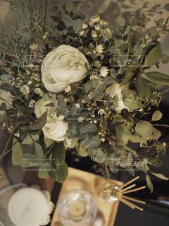 テーブルの上に花瓶の花の花束の写真・画像素材[1853856]