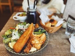 テーブルの上の食べ物の皿の写真・画像素材[2713712]