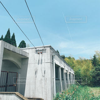 木が背景にある家の写真・画像素材[2189199]