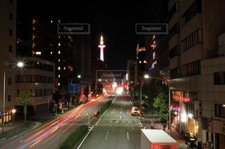 街の通りは夜のトラフィックでいっぱいの写真・画像素材[1658742]