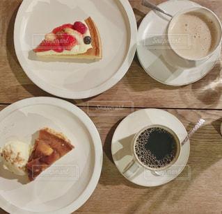 食品とコーヒーのカップのプレートの写真・画像素材[1874330]