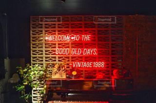 夜の店頭の上の看板の写真・画像素材[2414450]