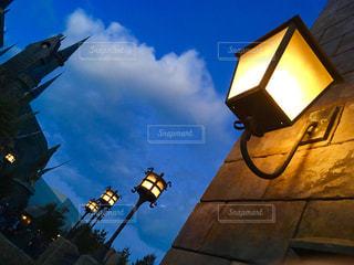 信号ランプの隣に座っての写真・画像素材[1121994]