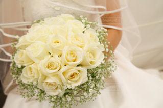 花の花束をのせた白プレートの写真・画像素材[1286998]
